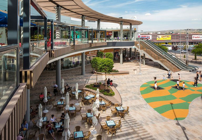 Photo showcasing new landscaping and ornamental lighting to playground and restaurant terraces at newly refurbished retail centre, Quadernillios in Alcalà de Henares, Spain.
